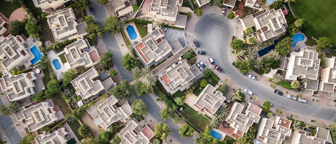 Wohnsiedlung aus der Vogelperspektive. Immobilien verlieren durch Erhöhung der Grunderwerbsteuer an Wert, sagen Ifo-Experten.|© Pexels