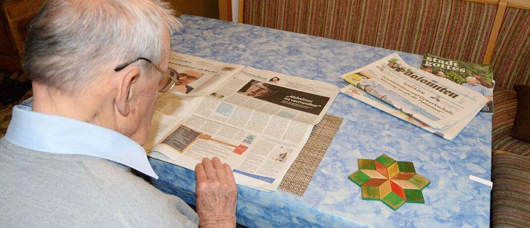 """Senior bei der Zeitungslektüre: Bei Fragen zu Einkünften im Alter rät Finanztest zu einer kostenlosen Beratung bei einer Beratungsstelle der Deutschen Rentenversicherung oder einen freiberuflichen Rentenberater. Dabei gelte: """"Vereinbaren Sie auf jeden Fall vorher schriftlich ein Honorar in Euro!"""" © fotoART by Thommy Weiss / <a href='http://www.pixelio.de/' target='_blank'>pixelio.de</a>"""