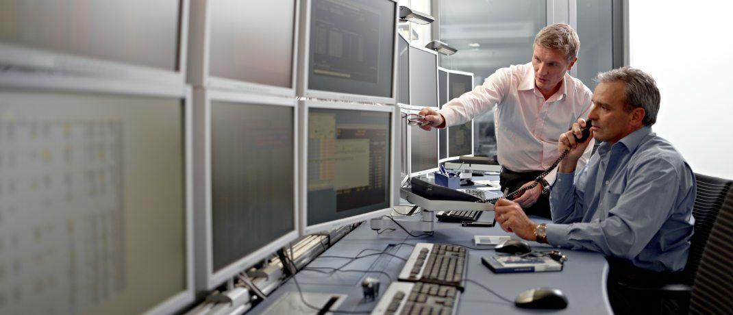 Zwei Investoren betrachten einen Bildschirm. |© Deutsche Börse