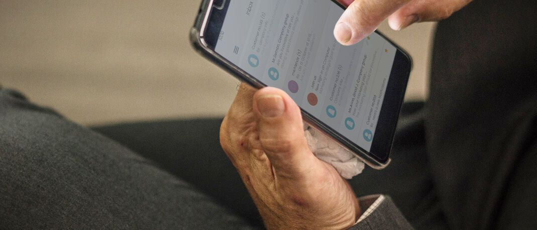 Kontakte im Smartphone: Laut einem aktuellen Urteil darf im Rahmen ein Finanzdienstleister der sogenannten Kündigungshilfe beim Wechsel von Versicherungen kein generelles Kontaktverbot aussprechen.|© rawpixel.com