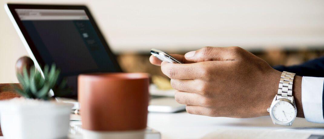 Mitarbeiter mit Laptop: Viele Angestellte deutscher Unternehmen sind schlecht auf Cybergefahren vorbereitet.|© rawpixel.com