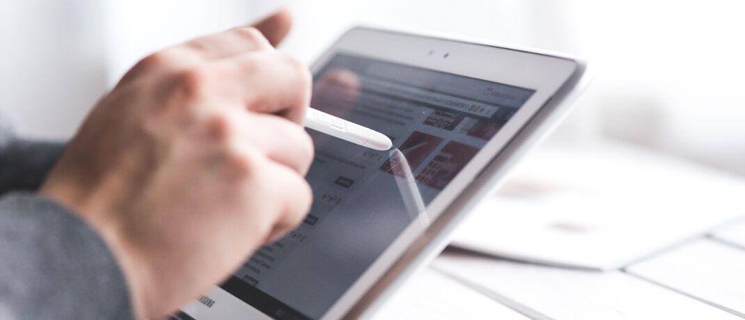 Arbeit am Tablet: JDC-Vermittler haben künftig Zugriff auf die Tarifdatenbank des Analysehauses Franke und Bornberg.