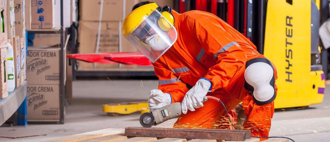Schön vorsichtig mit dem Trennschleifer: Gerade in Industrie und Logistik können Unfälle die Arbeitskraft kosten.|© Voltamax / Pixabay