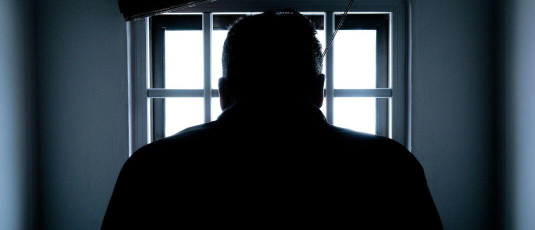Hinter Gittern: Kriminelle Mitarbeiter verursachen ihren Arbeitgebern im Schnitt fast 115.000 Euro Schaden.
