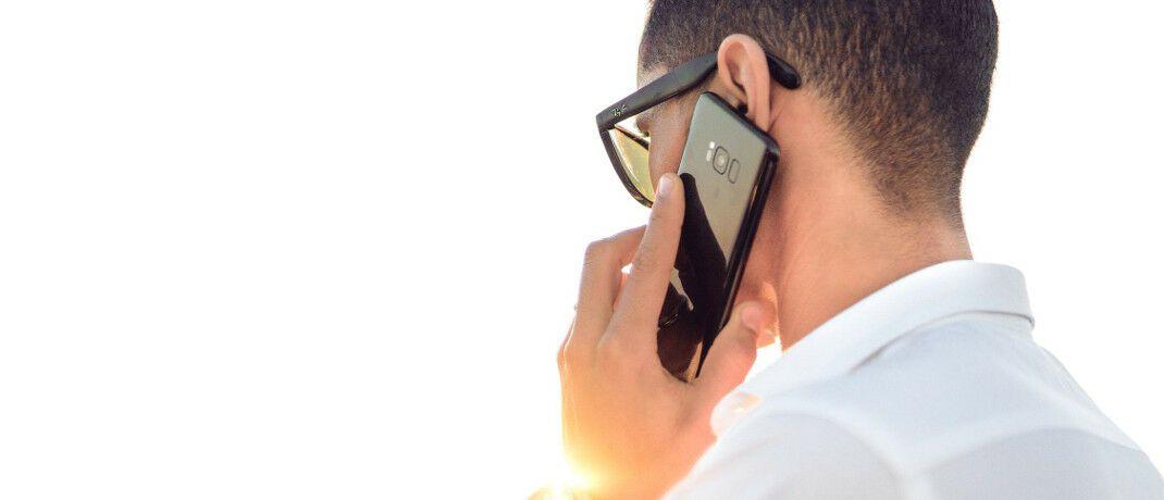 Mann am Telefon: Im Schadenfall sollte der Makler für seine Kunden verfügbar sein.