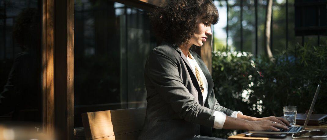 Frau arbeitet am Laptop: Bei der Altersvorsorge sollten Ehefrauen sich nicht auf ihre Männer verlassen, sagt Markus Richert von Portfolio Concept.