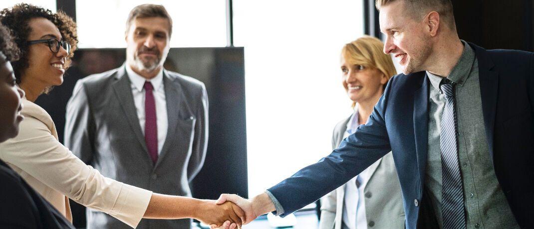 Teamarbeit: Bei der Jobsuche achten Absolventen laut einer Studie der Personalberater von Kienbaum auf mehr als nur das Einstiegsgehalt.|© rawpixel.com