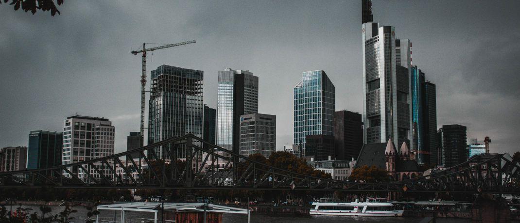 Banken in Frankfurt: Bei weiter sinkenden Zinsen sieht es sehr düster aus.|© Max Langelott / Unsplash