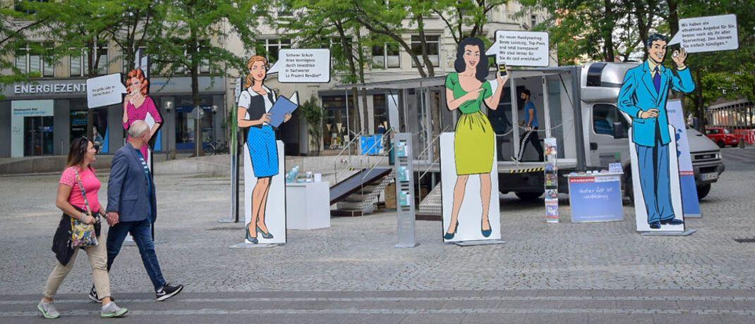 Stand der Marktwächter-Tour 2018 in Kiel: Das Frühwarnsystem für Finanzen, Digitales und Energie soll im kommenden Jahr rund 10 statt bisher gut 13 Millionen Euro erhalten.|© Verbraucherzentrale Bundesverband e.V. (VZBV)
