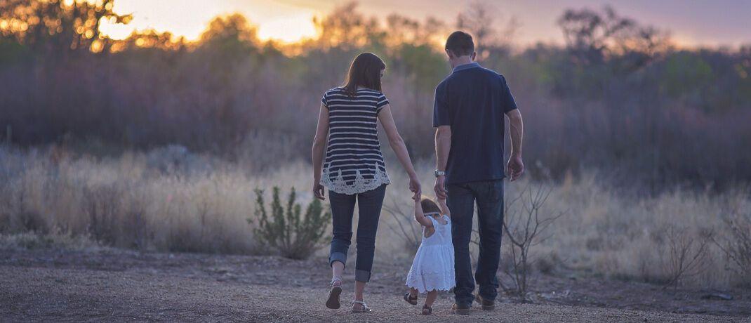 Paar mit Kind: In Beziehungen sollte mit dem Thema Geld offen umgegangen werden, rät Finanzcoach Monika Müller.