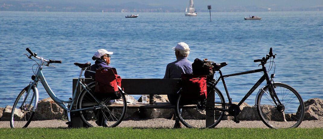 Senioren am See: Sofortrenten stehen wegen hoher Kosten in der Kritik..|© Pixabay