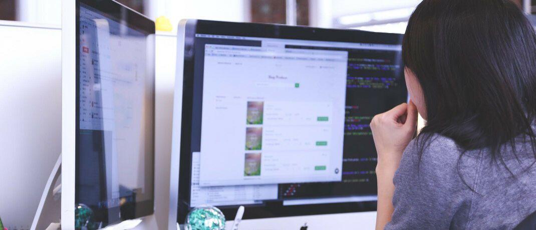 Frau am PC: Digitalisierung im Ausschließlichkeitsvertrieb zahlt sich sowohl für Vermittler als auch für Versicherer aus.|© Pexels