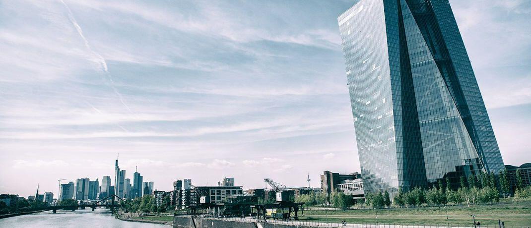 EZB-Gebäude in Frankfurt: Für Versicherungen lieferte die Zentralbank in jüngster Zeit keine sonderlich überragende Leistung ab.|© ProfessionalPhoto / Pixabay