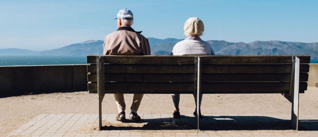 Senioren auf der Bank: Auch Selbständige müssen mit Einschnitten bei der Rente rechnen.