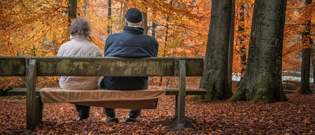 Zwei Rentner sitzen auf einer Bank: In der Öffentlichkeit wird darüber diskutiert, ob und wie Arbeitnehmer zusätzlich für das Rentenalter vorsorgen müssen. |© Pixabay