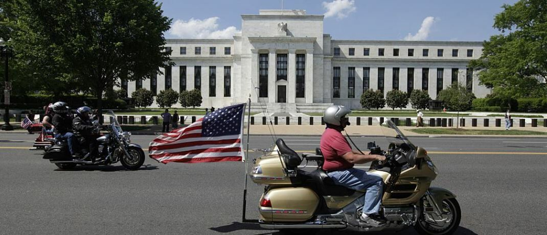 Biker vor der US-Notenbank Federal Reserve in Washington: Die Flucht in US-Staatsanleihen drückt die Rendite. | © Getty Images