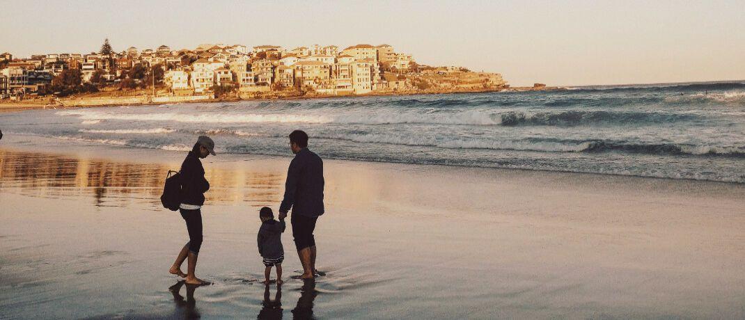 Familie am Strand: Viele Riester-Kunden mit Kindern mussten doppelte Provisionen zahlen.|© Pexels