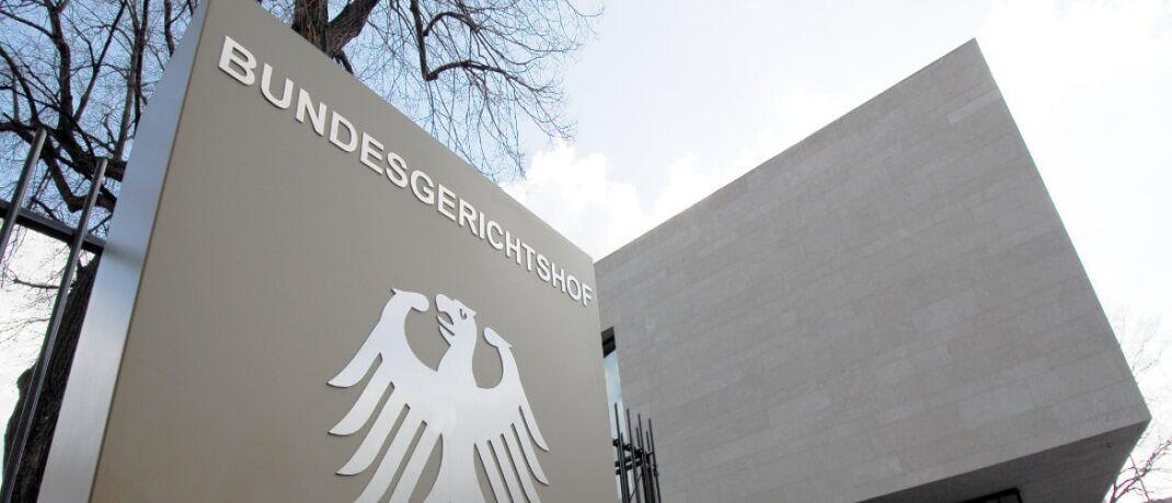 Eingang zum Bundesgerichtshof (BGH) in Karlsruhe: Das oberste Gericht der Bundesrepublik hat entschieden, dass eine Befristung der BU Leistung ohne nachvollziehbare Begründung unwirksam ist.|© H.D.Volz / <a href='http://www.pixelio.de/' target='_blank'>pixelio.de</a>