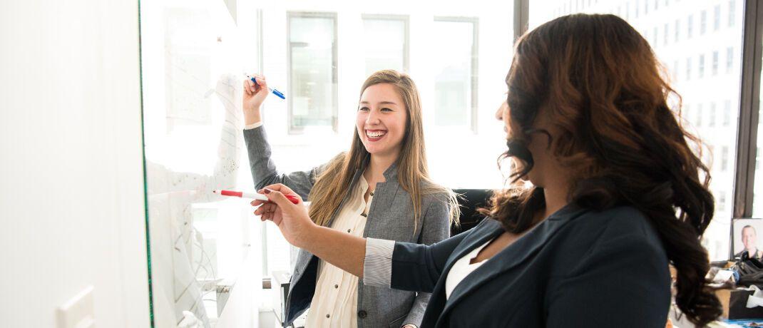 Frauen im Büro: Auch bei gleichem Einkommen wie ihre männlichen Kollegen haben weibliche Vorsorgesparerinnen oftmals weniger Geld im Rentenalter zur Verfügung.|© Christina Morillo