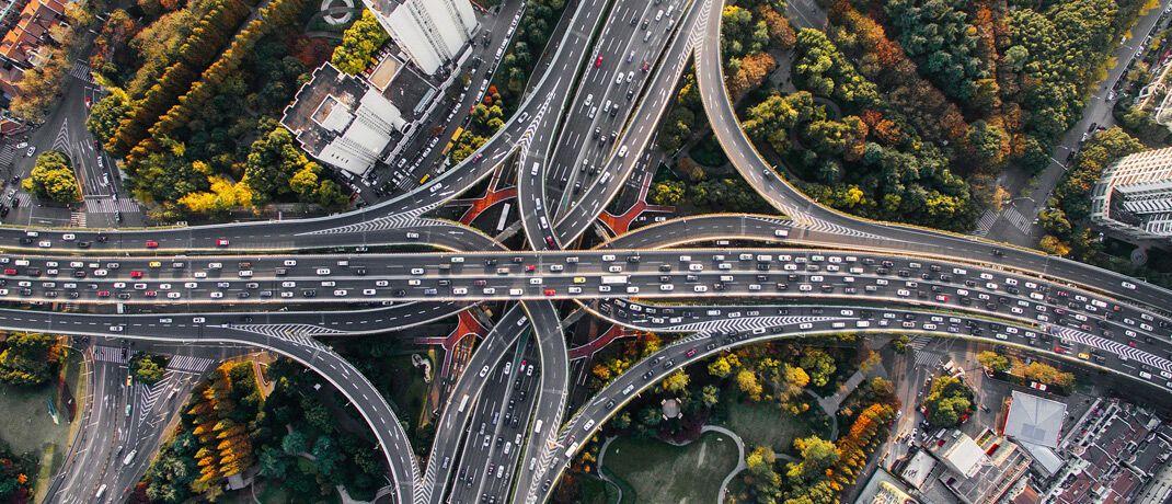 Autobahn-Kreuzungen: Lorenz Blume, Portfoliomanager des LBBW Mobilität der Zukunft, investiert in Infrastruktur.|© Pixabay