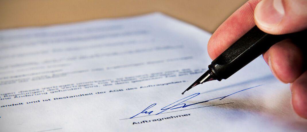 Unterschrift unter einem Vertrag: Die Widerrufsbelehrung muss leicht zu finden sein, berichtet versicherungsjournal.de über ein aktuelles Urteil.|© Alexander Klaus / <a href='http://www.pixelio.de/' target='_blank'>pixelio.de</a>