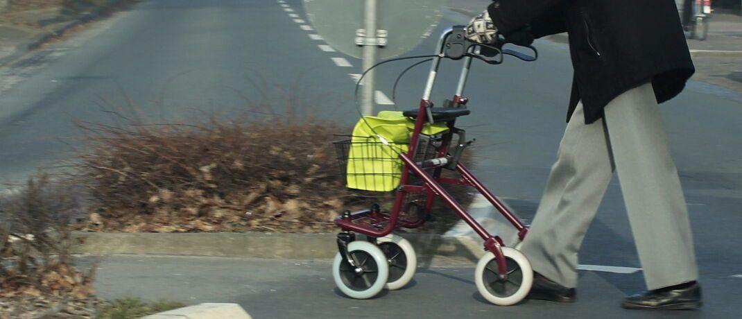 Senior mit Rollator: In Deutschland gelten etwa 3,4 Millionen Menschen als pflegebedürftig.|© uschi dreiucker / <a href='http://www.pixelio.de/' target='_blank'>pixelio.de</a>