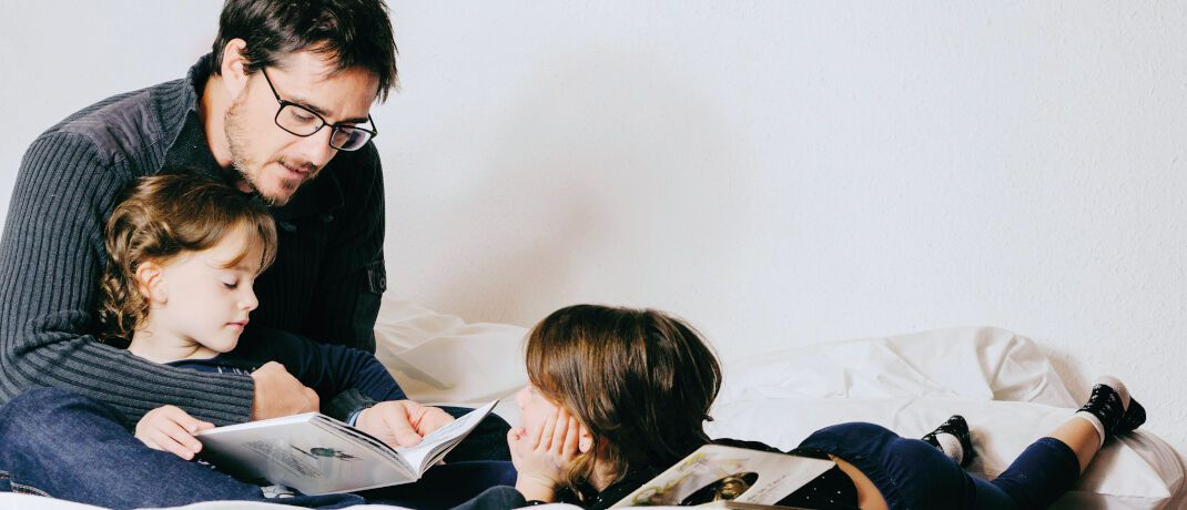 Vater mit Söhnen: Die Private-Wealth-Police von Vienna Life kann sowohl ganz als auch zu 1 bis 99 Prozent von Eltern an die Kinder verschenkt werden.|© Freepik