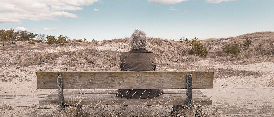 Frau auf Parkbank: Beraterin Margit Lang kümmert sich um den Fall einer verwitweten Seniorin. |© Pixabay