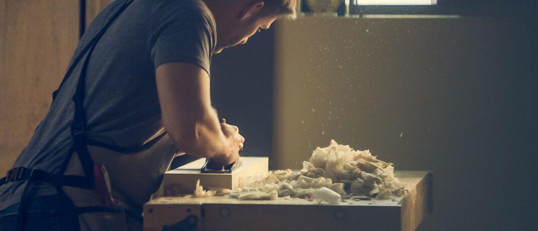 Tischler: Auch in traditionell arbeitenden Betrieben gewinnt die digitale Beratung zu Gewerbeversicherungen zunehmend an Bedeutung.|© Burst