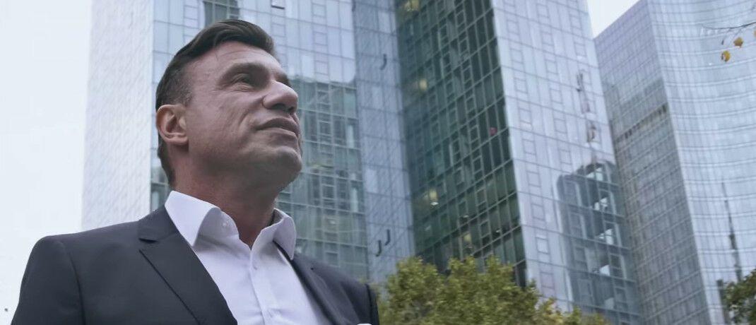Karatbars-Geschäftsführer Harald Seiz vor Wolkenkratzern in Frankfurt: Auf dem Youtube-Kanal des Unternehmens präsentiert er sich regelmäßig in neuen Videos.|© Youtube/Karatbars/Screenshot DAS INVESTMENT