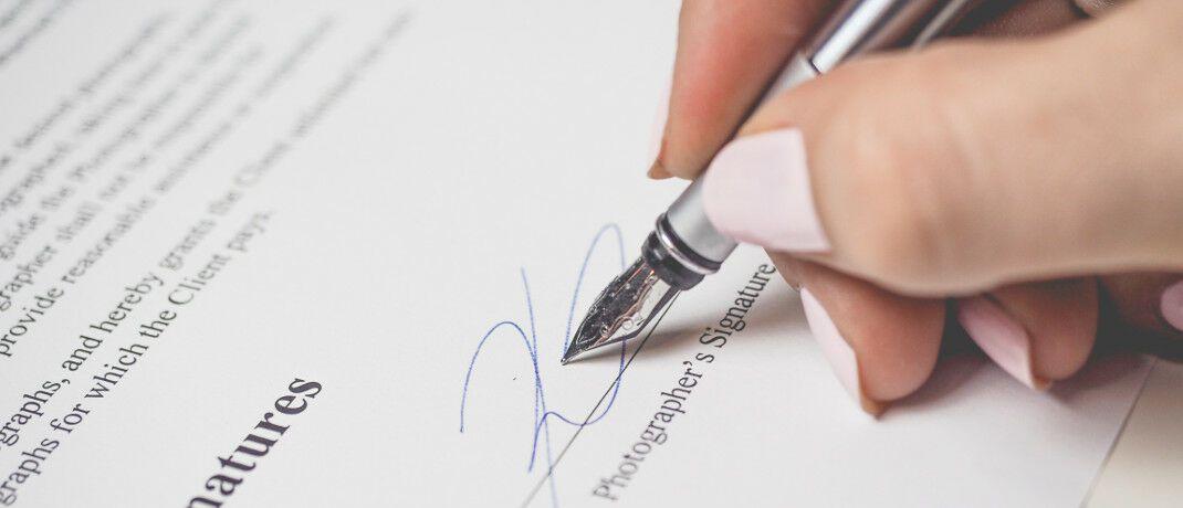 Vertragsunterschrift: BU-Anbieter, die ihre Versicherungsbedingungen unverständlich formulieren, vergraulen Kunden.|© Pexels