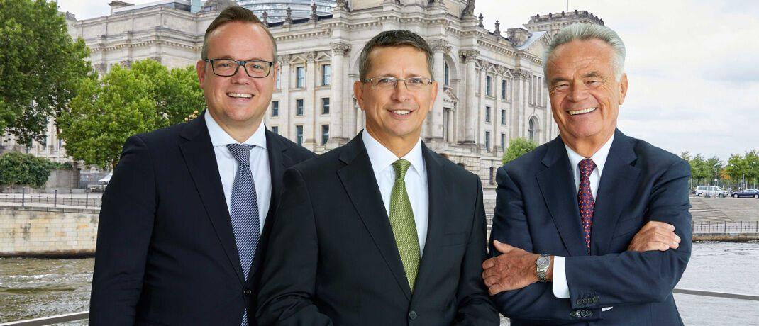 AfW-Vorstände Frank Rottenbacher, Norman Wirth und Matthias Wiegel (v.li.): Der Verband rechnet im Fall einer gesetzlichen Deckelung der Provisionen bei Lebensversicherungen mit verheerenden Folgen für die Vermittler.|© AfW
