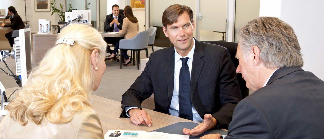 Beratungsgespräch: Ein neues Tool von Morgen & Morgen ermöglicht Vermittlern nach Unternehmensangaben eine Beratung und Dokumentation in der Altersvorsorge, die der Versicherungsvertriebsrichtlinie Insurance Distribution Directive (IDD) entspricht.