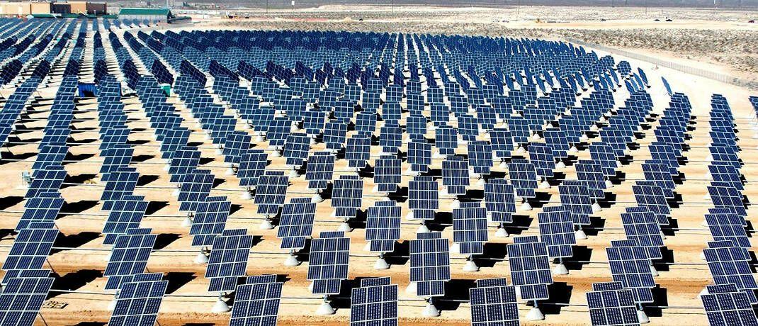 Solarkraftwerk in der Wüste (Symbolbild): Der Fonds von Oddo BHF AM soll auch Kraftwerke für erneuerbare Energien finanzieren.|© David Mark / Pixabay