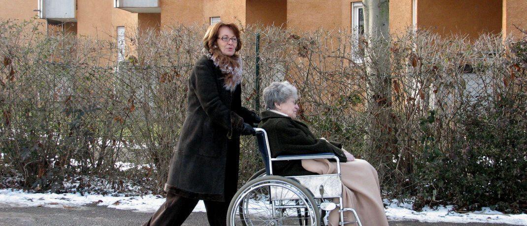 Pflege von Angehörigen: Laut 60 Prozent der Deutschen sollte es steuerliche Vergünstigungen für die Betroffenen geben.|© Rainer Sturm / <a href='http://www.pixelio.de/' target='_blank'>pixelio.de</a>