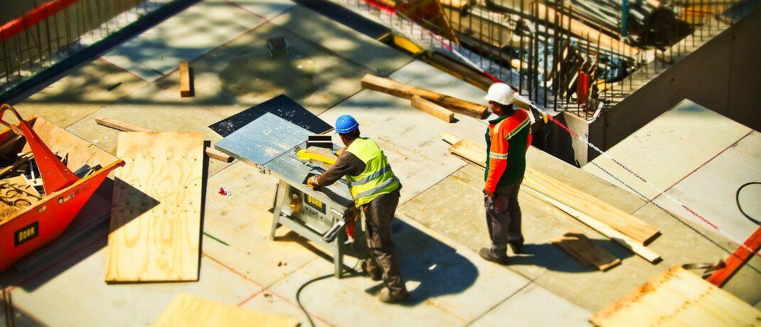 Zwei Bauarbeiter gehen auf einer Baustelle ihrer Arbeit nach: Die Deutsche Invest Immobilien will einen Fonds ins Leben rufen und damit Grundstücke für Projektentwicklungen kaufen.  © Pixabay