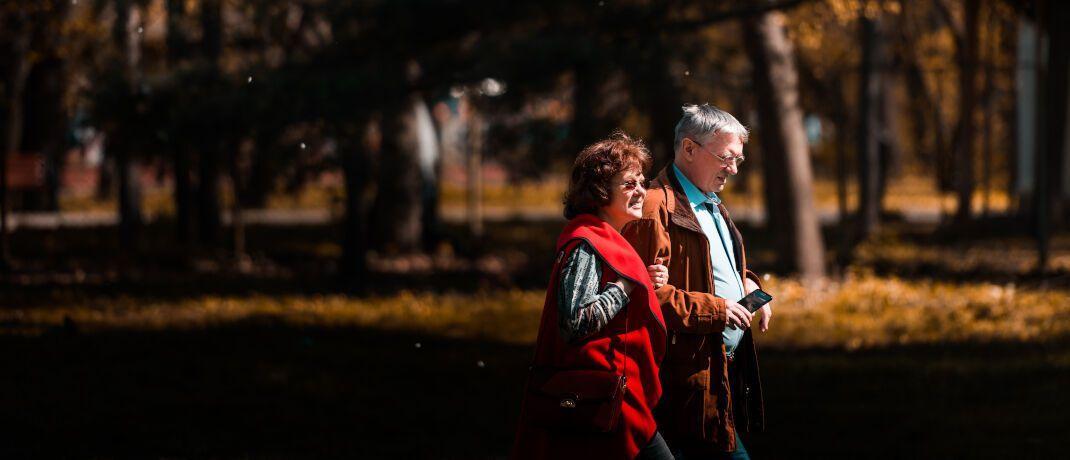 Rentner beim Spaziergang: Finanzberater Thorsten Mohr kümmert sich um den Fall eines Senioren, der den Erlös aus dem Verkauf seines Unternehmens anlegen und daraus eine monatliche Rente beziehen möchte.|© Unsplash.com