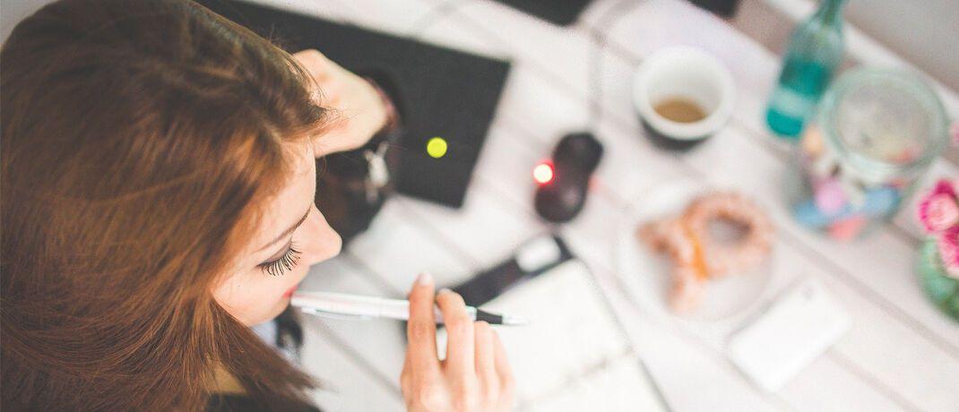 Frau im Homeoffice: Wer regelmäßig mobil arbeitet, hat häufiger das Gefühl, auch außerhalb der Arbeitszeiten beruflich erreichbar sein zu müssen. |© Pixabay