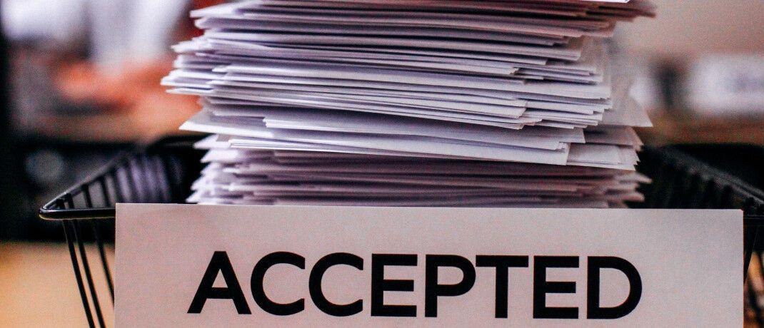 Papierberg: Von den 261 Anträgen zur Streitschlichtung zwischen Verbrauchern und Versicherungsvermittlern im Jahr 2019 hat die Schlichtungsstelle rund die Hälfte als unzulässig abgewiesen.|© Pexels