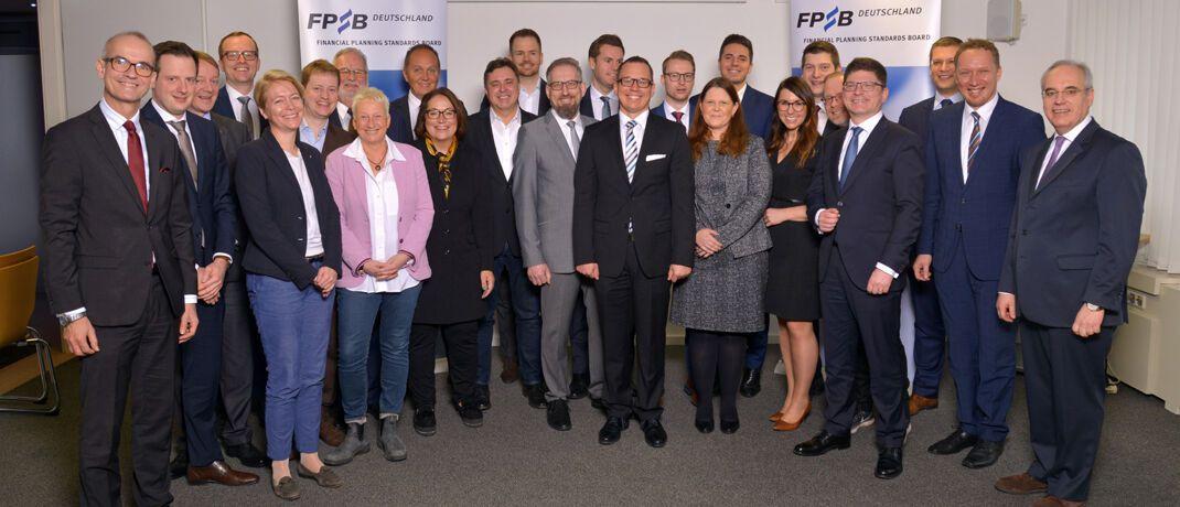 Rolf Tilmes (r.), Vorstandsvorsitzender des FPSB Deutschland, begrüßt die neuen Absolventen im Kreis der zertifizierten Finanzplaner. © FPSB Deutschland