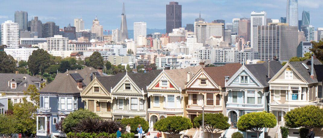 """Holzhäuser """"Painted Ladies"""" vor der Skyline der kalifornischen Metropole San Francisco: Union Investment startet einen neuen Aktienfonds mit Fokus auf nordamerikanische Nebenwerte. Der nicht gegen Währungsrisiken abgesicherte Fonds eignet sich nach Unternehmensangaben nur für langfristig orientierte Anleger, die für Renditechancen nordamerikanischer Nebenwerte erhöhte Risiken in Kauf nehmen."""