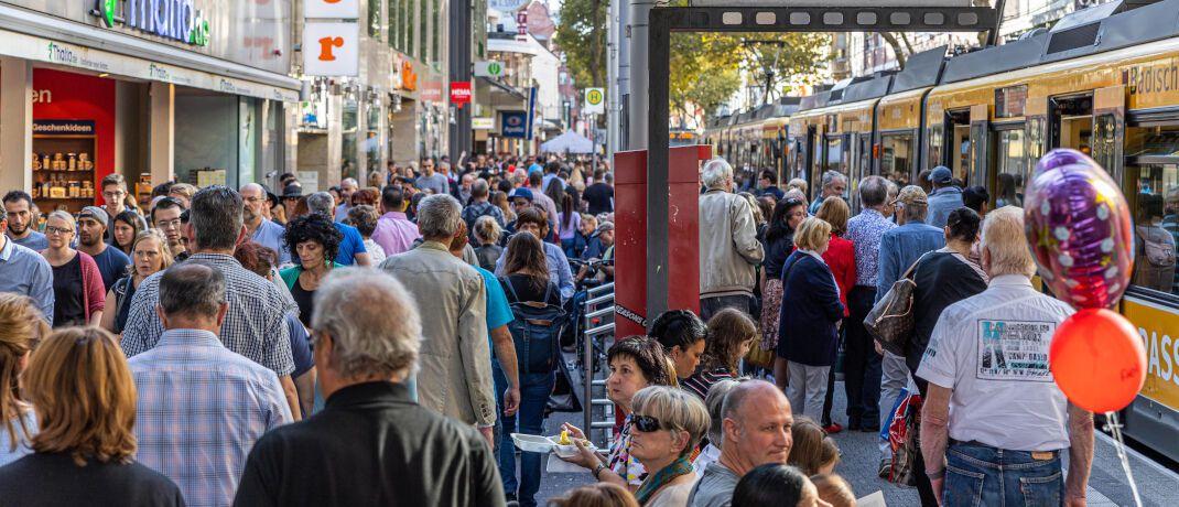 Straßenszene in Karlsruhe: Die demografische Entwicklung beeinflusst das Zinsniveau.|© imago images/Carmele/tmc-fotografie.de