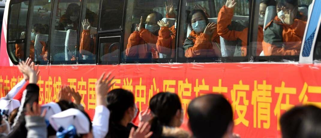 Medizinisches Personal macht sich auf den Weg nach Wuhan: Ausgelöst von SARS gingen im Jahr 2003 die Einzelhandelsumsätze in der Volksrepublik um mehr als 15 Prozent zurück.|© imago images / Xinhua