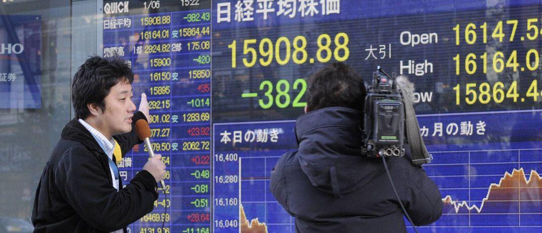 TV-Reporter in Tokio: Medienberichterstattung kann Anleger verunsichern. © imago images / Xinhua