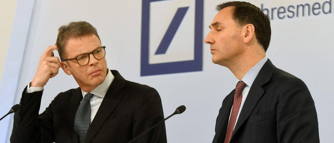 Deutsche-Bank-Chef Christian Sewing (links) und sein Finanzvorstand James von Moltke mussten auf der Pressekonferenz am 30. Januar 2020 einen Milliardenverlust erklären.|© imago images / Sepp Spiegl