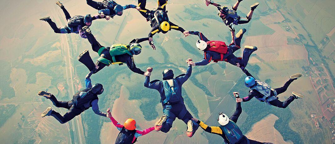 Fallschirmspringer beim Formations-springen. Wie bei dieser noch jungen Teamsportart trägt auch beim Finiens Futura 1 UI das gekonnte Zusammen-spiel mehrerer Akteure zum Erfolg bei|© Mauricio-Graiki/iStock