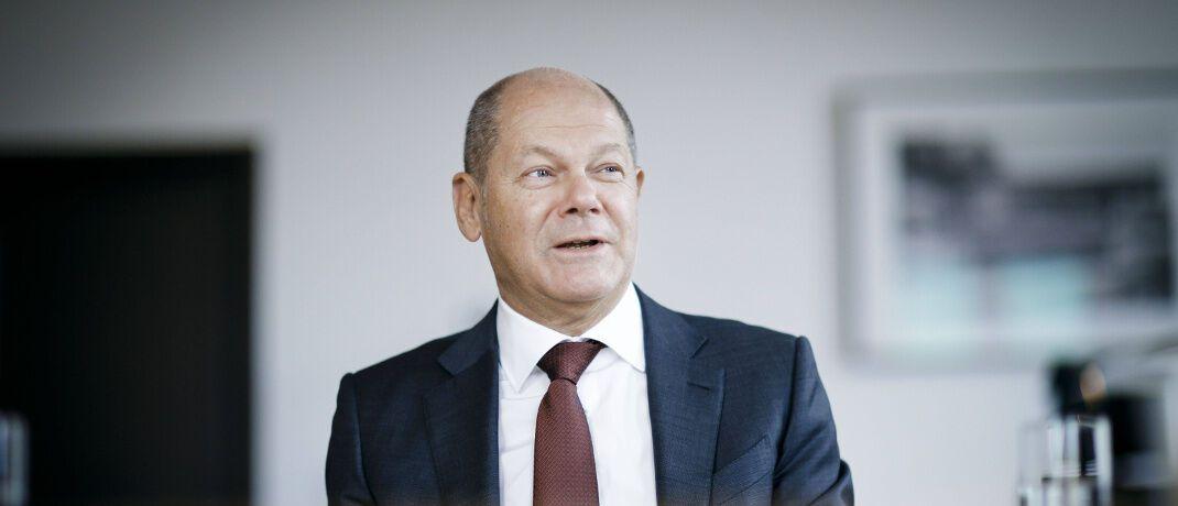 Olaf Scholz in seinem Büro im Bundesfinanzministerium: Für die geplante Finanztransaktionssteuer erhält der SPD-Politiker viel Kritik.