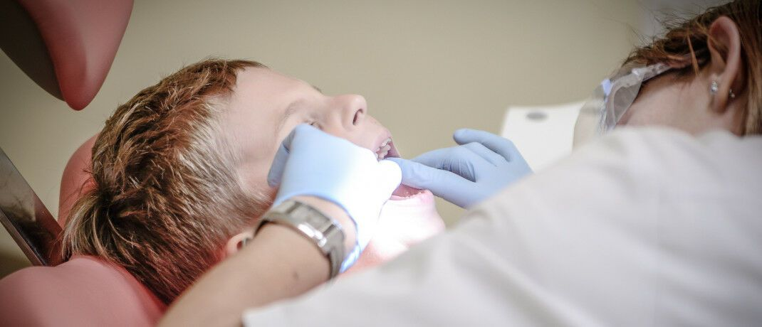 Beim Zahnarzt: Die meisten Anträge, die bei der Schlichtungsstelle bearbeitet wurden, betreffen die Vermittlung der Zahnzusatz- und der BU-Versicherung.