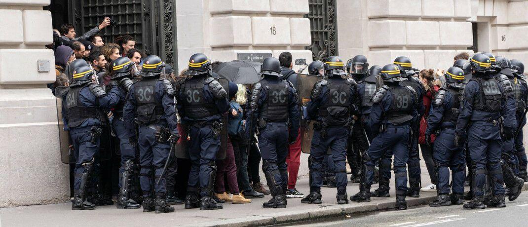 Demonstranten und Polizisten vor der Pariser Zentrale von Blackrock: Die Aktivisten blockierten den Haupteingang und beschmierten Wände im Inneren des Gebäudes.|© imago images / Hans Lucas