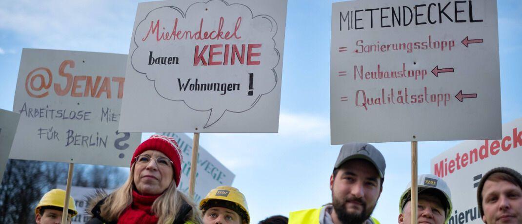 Demonstration gegen den Mietendeckel am Brandenburger Tor: Kritiker befürchten, dass sich Investoren aus Berlin zurückziehen.|© imago images / Christian Mang